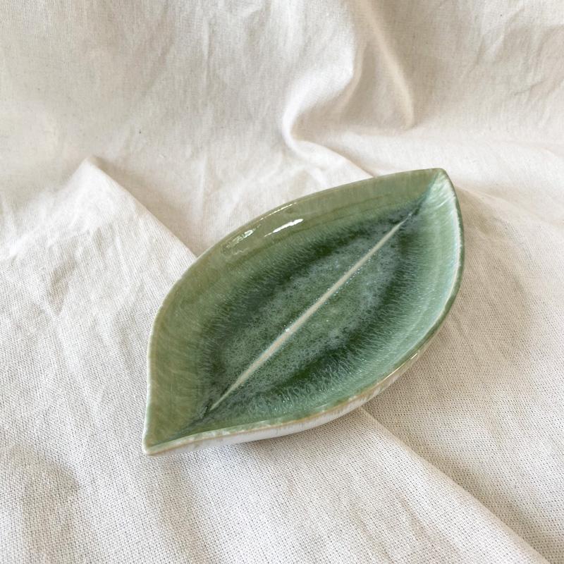 Keramikschale in Blattform grün auf Baumwollstoff - seitliche Ansicht