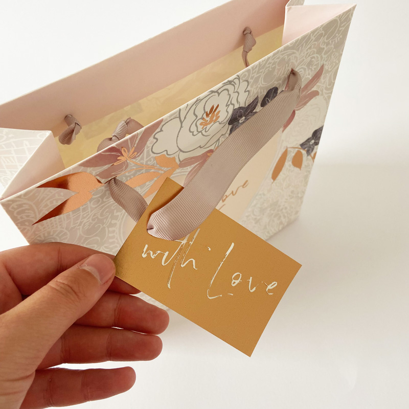 Geschenktüte-mit Liebe Detail Geschenkanhänger in Hand