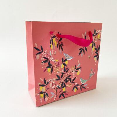 Geschenktüte-Pink-mit Vögeln stehend fotografiert