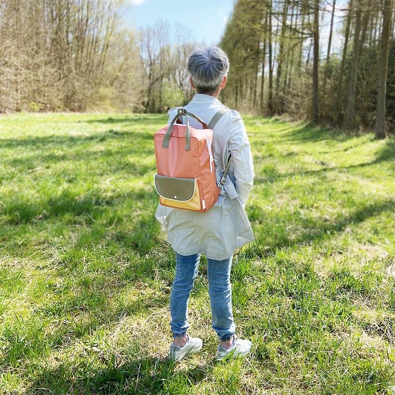 Sticky-Lemon-wanderer-backpack-larg-orange-green-yell_Tragevorschlag-3