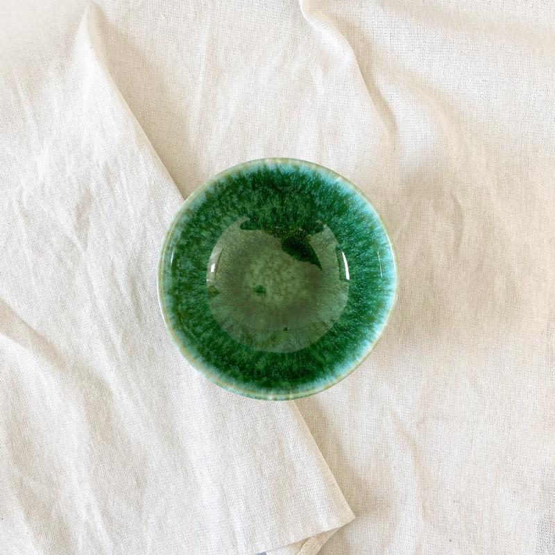 grüne Jungle-Schale Draufsicht auf Baumwollstoff
