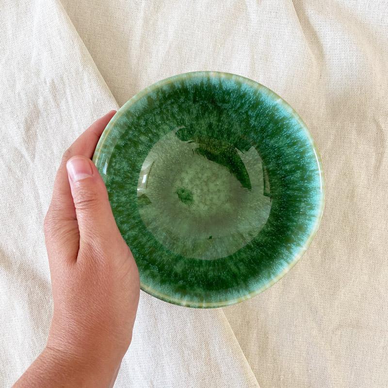 grüne Jungle-Schale-Draufsicht auf Baumwollstoff mit Hand