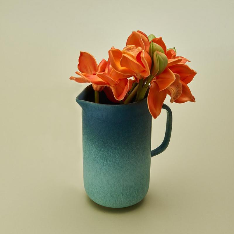 Krug blau Verlauf mit orangefarbenen Blumen