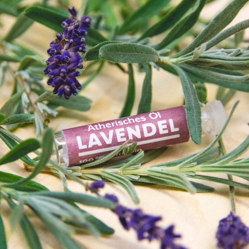Ätherisches Öl Lavendel mit Lavendelzweigen