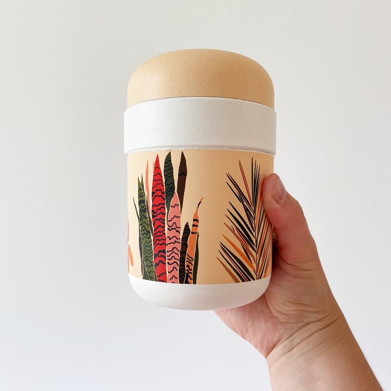 Lunchpot mit boho Pflanzen in Hand