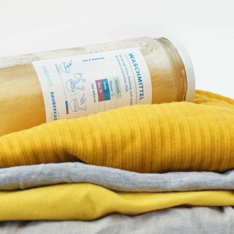 Fertig gemischtes Waschmittel liegt auf Wäsche