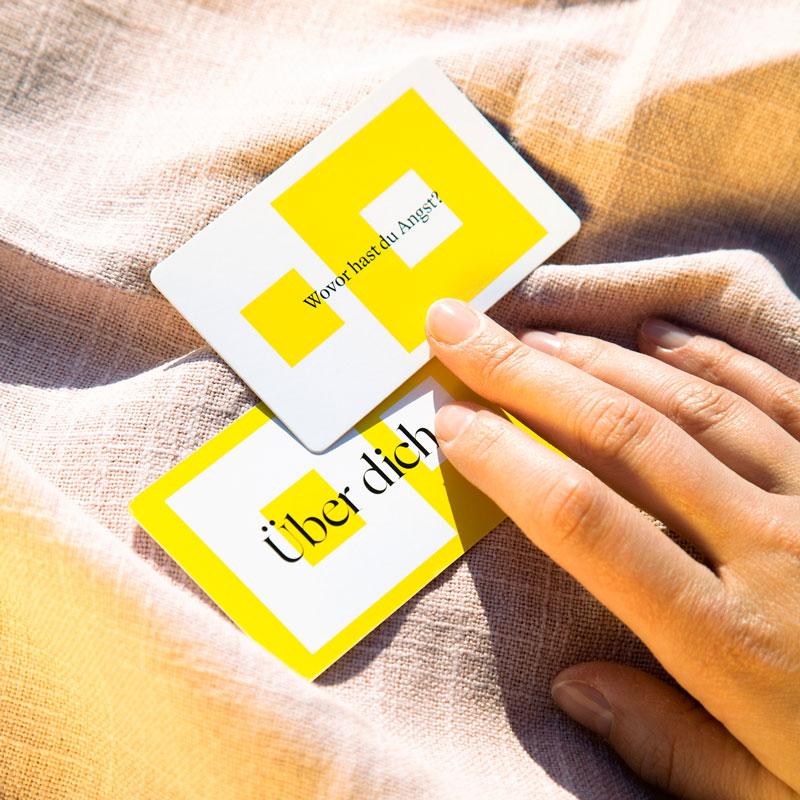90 Fragen Produktbild Karte mit Hand