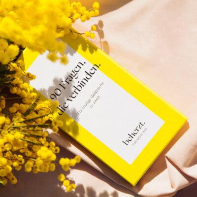 90 Fragen Produktbild Karton mit Blumen